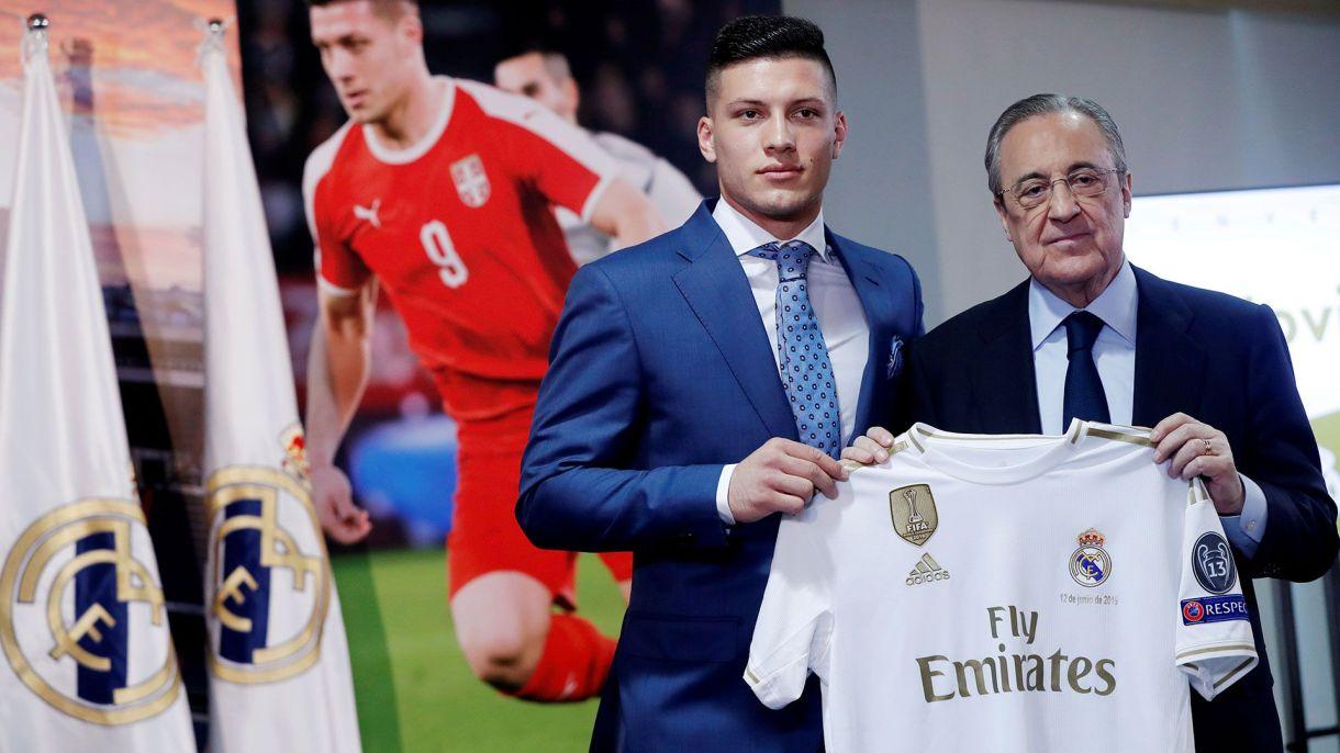 Luka Jovic posa junto al presidente Florentino Pérez con la camiseta de Real Madrid (Reuters)