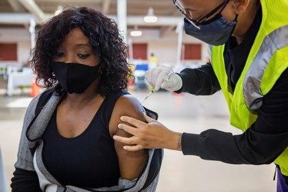 Una mujer recibe una vacuna contra el COVID-19 en el estado de Virginia. Foto: REUTERS/Julia Rendleman