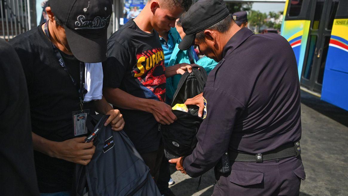 Oficiales de policías revisan mochilas durante uno de los operativos que se han vuelto habituales en los últimos meses en la capital salvadoreña.