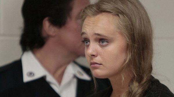 Michelle Carter, de 20 años, en el juicio que comenzó este lunes en el estado de Massachusetts