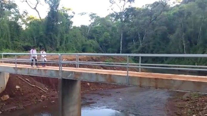 El puente peatonal mide 16 metros de largo por 1,4 metros de ancho