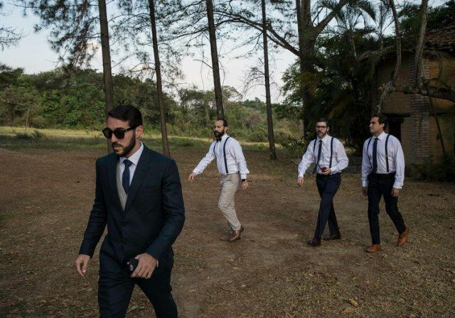 Pocaterra (izquierda) y algunos de sus amigos caminan hacia la ceremonia