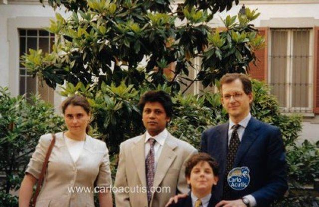 Carlo junto a sus padres y a un empleado doméstico, que se convirtió al catolicismo gracias a él