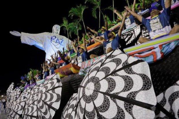 Miembros de la escuela de samba Unidos da Tijuca en la segunda noche del desfile de carnaval en el Sambódromo de Río de Janeiro, Brasil, 24 febrero 2020. REUTERS/Sergio Moraes
