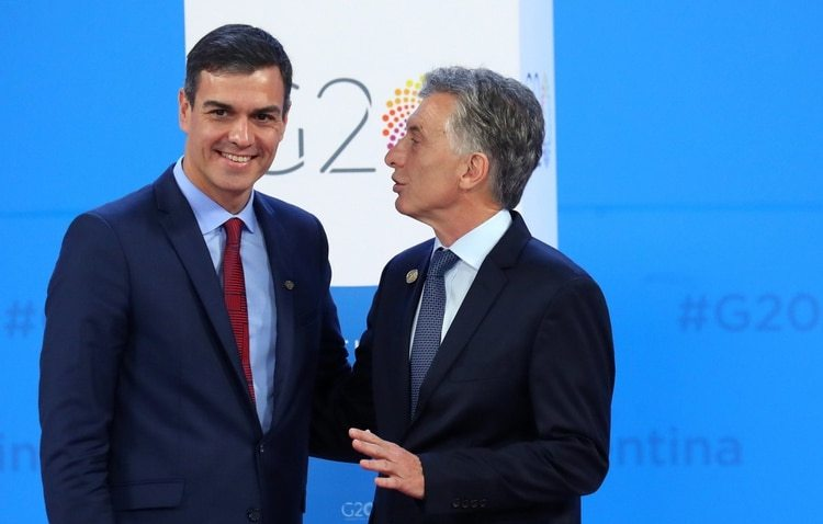 Spain's Prime Minister Pedro Sanchez is welcomed by Argentina's President Mauricio Macri as he arrives for the G20 leaders summit in Buenos Aires, Argentina November 30, 2018. REUTERS/Marcos Brindicci