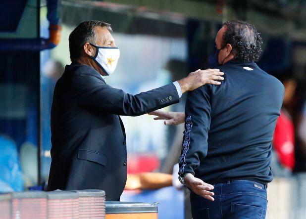 Saludo entre técnicos: Russo y Cuca se saludan amistosamente en la Bombonera (REUTERS/Agustin Marcarian)
