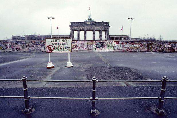 El Muro frente a la Puerta de Branderburgo, en Berlín, en el año 1989 (Photo by Kfs/imageBROKER/Shutterstock)