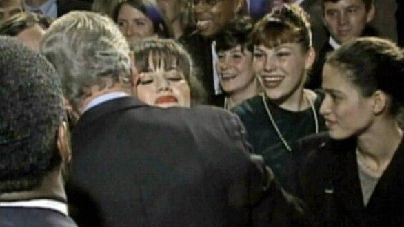 Bill Clinton saluda a Monica Lewinsky durante un acto partidario