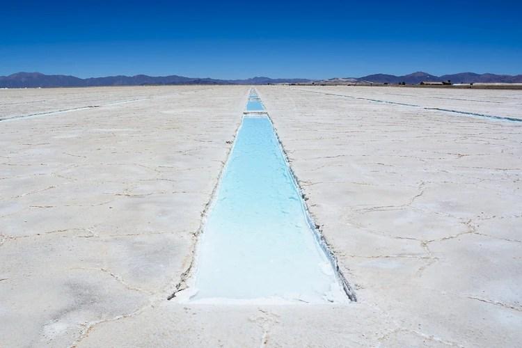 Las Salinas Grandes conforman el tercer salar más grande de Sudamérica con una extensión mayor a las 12 mil hectáreas a cielo abierto
