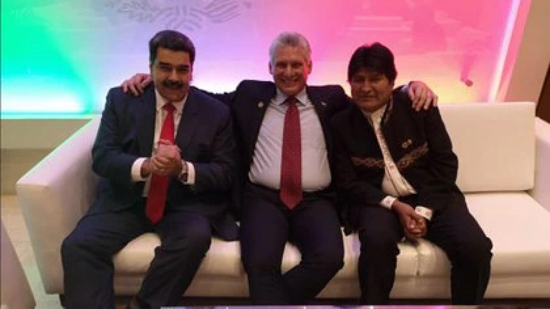 Los dictadores de Cuba, Miguel Díaz Canel (c) y de Venezuela Nicolás Maduro (i), con el ex presidente de Bolivia, Evo Morales (d)