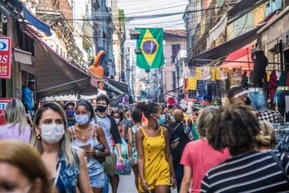 La gente pasea con máscaras faciales por Sahara, una zona de comercios en Río de Janeiro (Ellan Lustosa/ZUMA Wire/dpa)