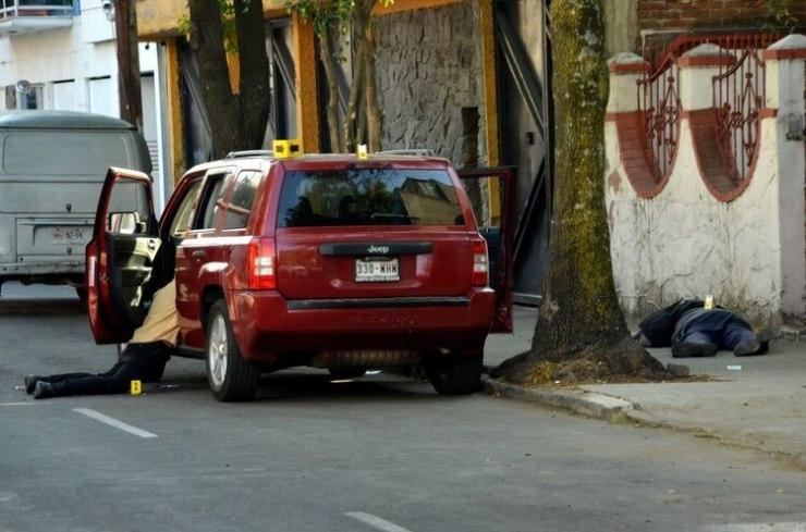Tres personas murieron por impactos de arma de fuego frente al #604 de la calle Balboa casi esquina con Emperadores, colonia portales. Autoridades continúan investigando los hechos (Foto: Armando Monroy/Cuartoscuro)