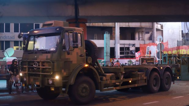 """El camión que traslada la """"supervalla"""", debajo del Puente Pueyrredón"""