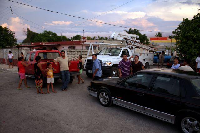 Trabajadores de la Comision Federal de Electricidad (CFE) en Mérida, Yucatán, por fallas en el alumbrado público (FOTO: FRANCISCO BALDERAS/CUARTOSCURO.COM)