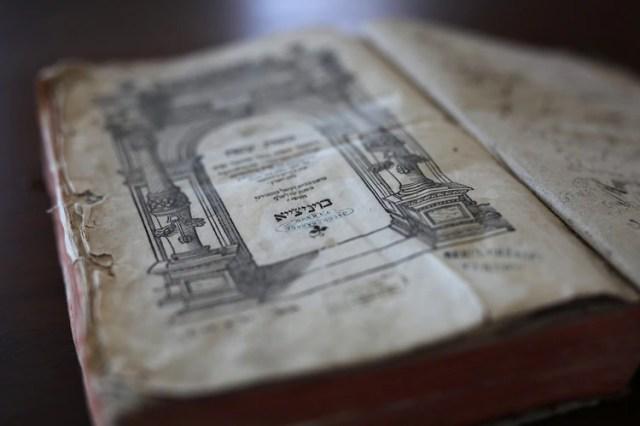 Estampillas distintivas en un libro del siglo XVI que fue propiedad del padre de Berl Schor, quien murió en un campo de concentración, en Modi'in, Israel, el 10 de enero de 2019 (Corinna Kern / The New York Times)