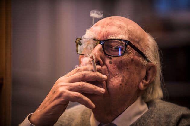 Andrea Camilleri y su inseparable cigarrillo.