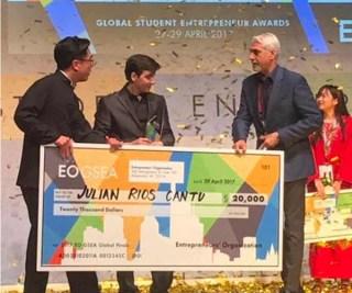 Julián Ríos Cantú, al recibir el premio al mejor estudiante emprendedor del mundo