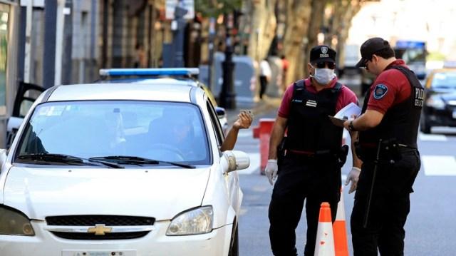 Las personas exceptuadas de la cuarentena obligatoria deben tramitar el permiso único para circular (Foto: NA)