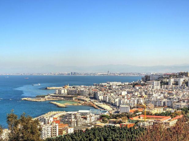 """La capital de Argelia es una de las ciudades más históricas del mundo y es conocida como la """"ciudad blanca"""" debido alos edificios de este color que abundan en este lugar"""