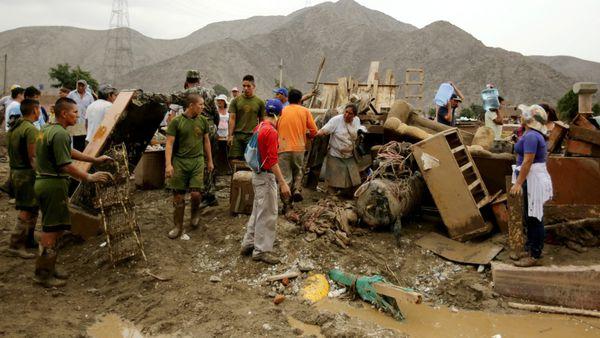 Miembros de la fuerza pública ayudan en la evacuación de los ciudadanos. (Reuters)