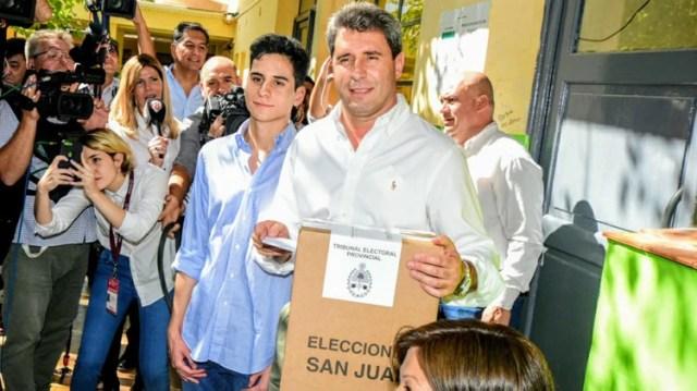 El gobernador sanjuanino durante la tarde del domingo cuando votó en Pocito (Adrián Carrizo)
