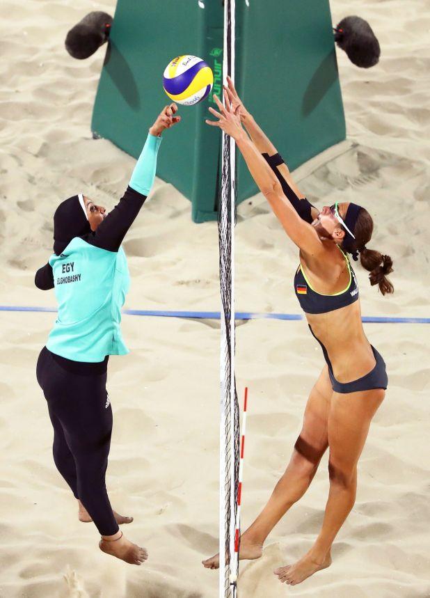 Doaa Elghobashy, de Egipto, y Kira Walkenhorst, de Alemania, compiten en un partido de Voleibol de Playa en los Juegos Olímpicos de Río de Janeiro, Brasil, el 8 de agosto de 2016 (REUTERS/Lucy Nicholson/File Photo)