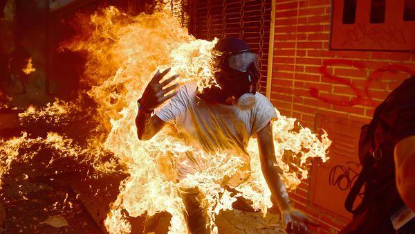 El guarimbero José Víctor Salazar en llamas durante la represión del régimen el 3 de mayo de 2017. (AFP)