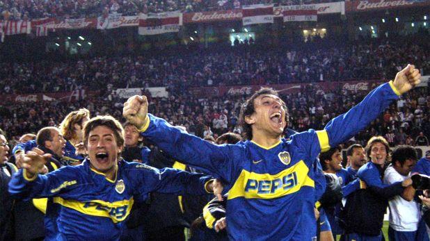 Los jugadores de Boca, Nicolas Burdisso y Pablo Álvarez, festejan al finalizar el encuentro y clasificarse finalistas de la Copa Libertadores tras vencer por penales a River Plate (FOTO NA: W. PAPASODARO)