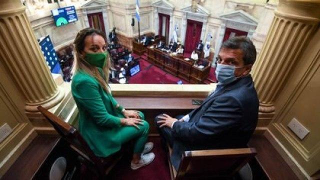 Sergio Massa y Malena Galmarini fueron dos de los dirigentes del oficialismo que se acercaron a presenciar la votación (Comunicación Senado)