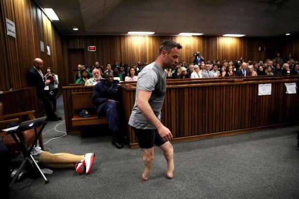 Oscar Pistorius, medallista paralímpico de oro, cruza la sala sin sus piernas protésicas durante el tercer día de la audiencia de re-sentencia por el asesinato de su novia Reeva Steenkamp en 2013, el 15 de junio de 2016 (REUTERS/Siphiwe Sibeko)