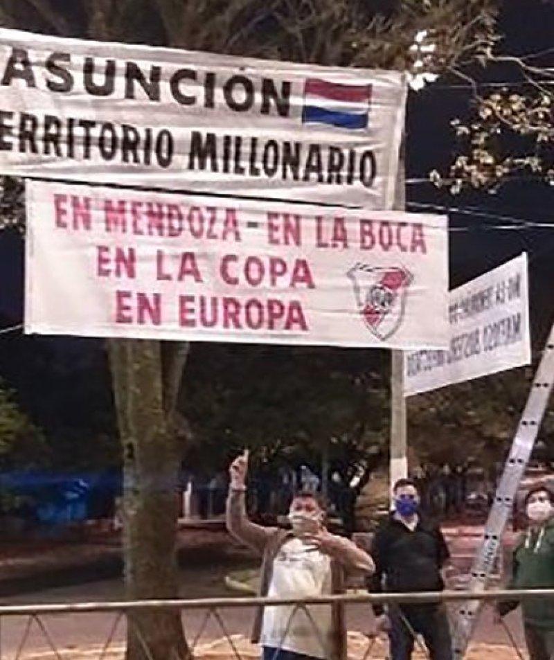 Boca fue recibido en Paraguay con unos reprochables pasacalles