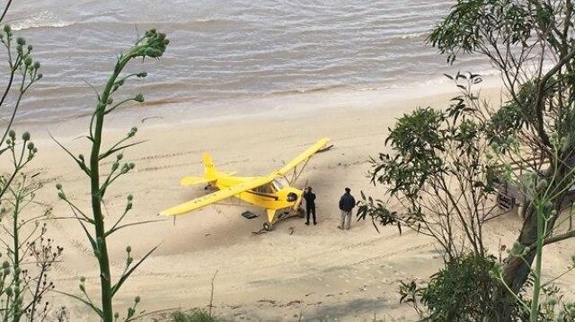 El Piper J-3 Cub tras ser retirado del agua (AFP)
