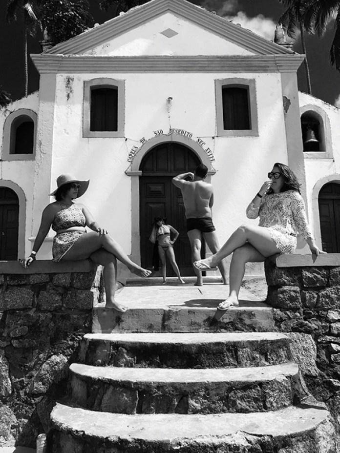 """Dentro de la categoría """"Gente"""" el primer lugar fue para Jonas Wyssen (Suiza) con """"Posers"""" (Personas que posan), una fotografía que tomó con un iPhone 7 Plus en Praia de Carneiros, en Pernambuco, Brasil."""