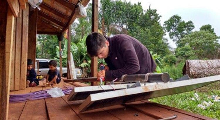 Jaime Chevalier trabaja en el desarme y rearme de los paneles solares de Yaboty Mirí