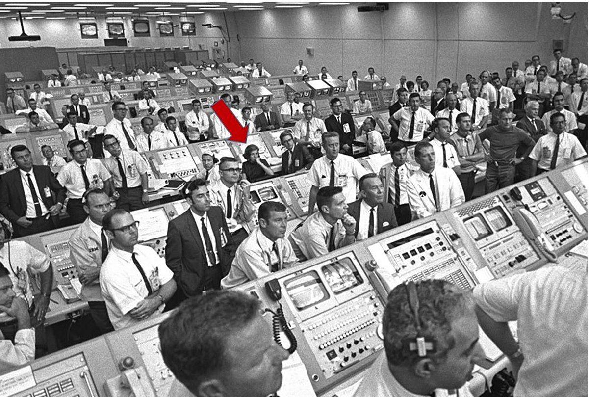 JoAnn Morgan fue la única mujer en el centro de control de lanzamiento durante el despegue de Apolo 11.