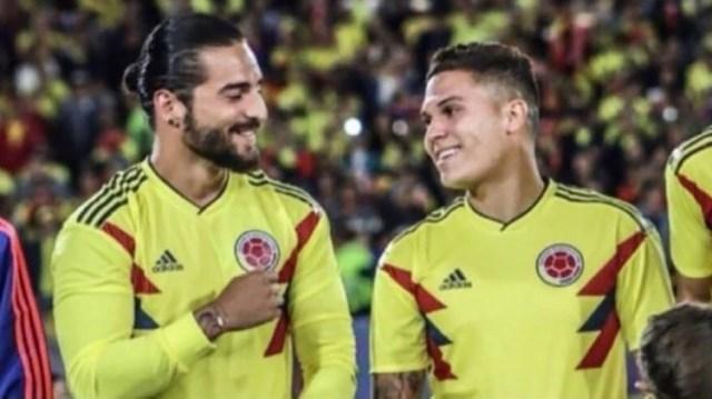 Pensar que podría haber sido futbolista… Maluma con Juanfer Quintero y la camiseta de Colombia