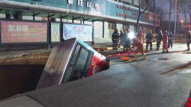 El hormigón de la calle se hundió, tragándose el vehículo hasta la mitad y provocando una explosión.