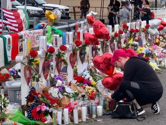 Habitantes de El Paso colocaron un altar con flores y peluches en el el sitio dónde ocurrió el tiroteo masivo del Wallmart