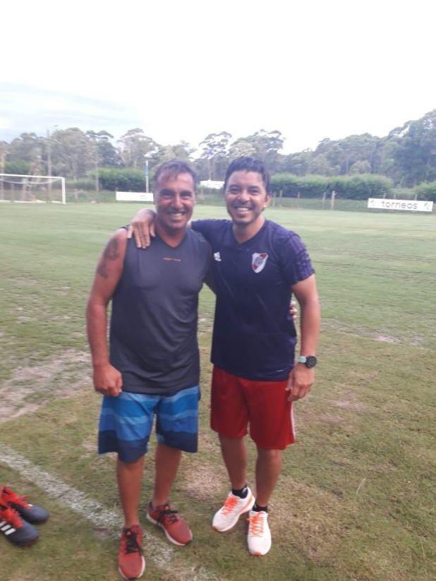 Juanjo Borrelli junto a Gallardo, ex compañeros y campeones en River (Twitter: @JJBorrelli10)