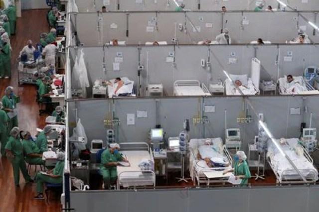 Decenas de sanitarios trabajan en un hospital de campaña establecido en el gimnasio Dell'Antonia de Santo André, a las afueras de Sao Paulo, Brasil. 7 abril 2021. REUTERS/Amanda Perobelli