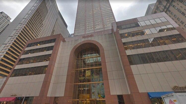 El frente del edificio donde se estrelló un helicóptero en Manhattan