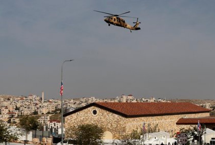 An Israeli Air Force Blackhawk helicopter carrying US Secretary of State Mike Pompeo hovers over the Psagot hold (Photo by Ahmad GHARABLI / AFP)