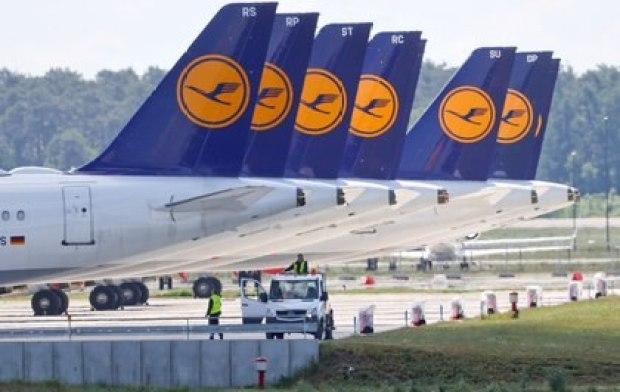 Aviones de Lufthansa en el aeropuerto Schoenefeld de Berlín REUTERS/Fabrizio Bensch/File Photo