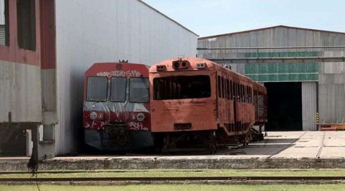 Algunos de los trenes chatarra comprados por Argentina
