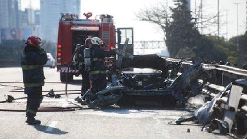 Personal de Bomberos frente al vehículo consumido por las llamas