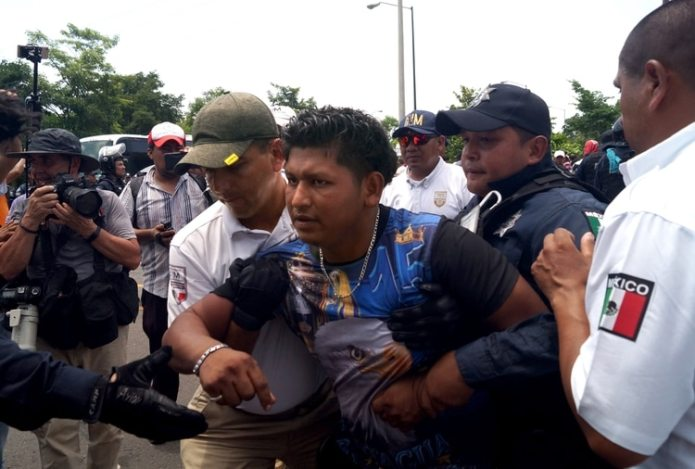 AME549.  TAPACHULA (MEXICO), 05/06 / 2019.-Members of the National Institute of Migration (INAMI), and federal police detain Central American migrants this Wednesday, in Tapachula, in the state of Chiapas (Mexico).  Mexican federal and migratory authorities stopped a caravan of 500 migrants on Wednesday that went to the southern border of Mexico and was destined for the United States.  The convoy crossed the border bridge between Guatemala and Mexico in the morning of Wednesday without the Mexican immigration authorities being able to stop them, according to local media reports.  EFE / Calos López