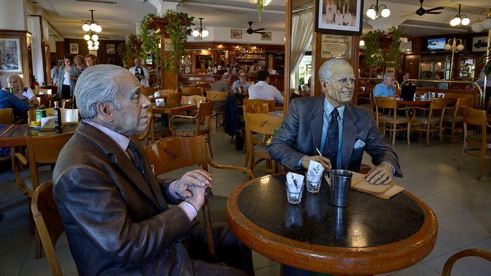Las esculturas de dos asiduos comensales del bar La Biela, Jorge Luis Borges y Adolfo Bioy Casares (Gustavo Gavotti)