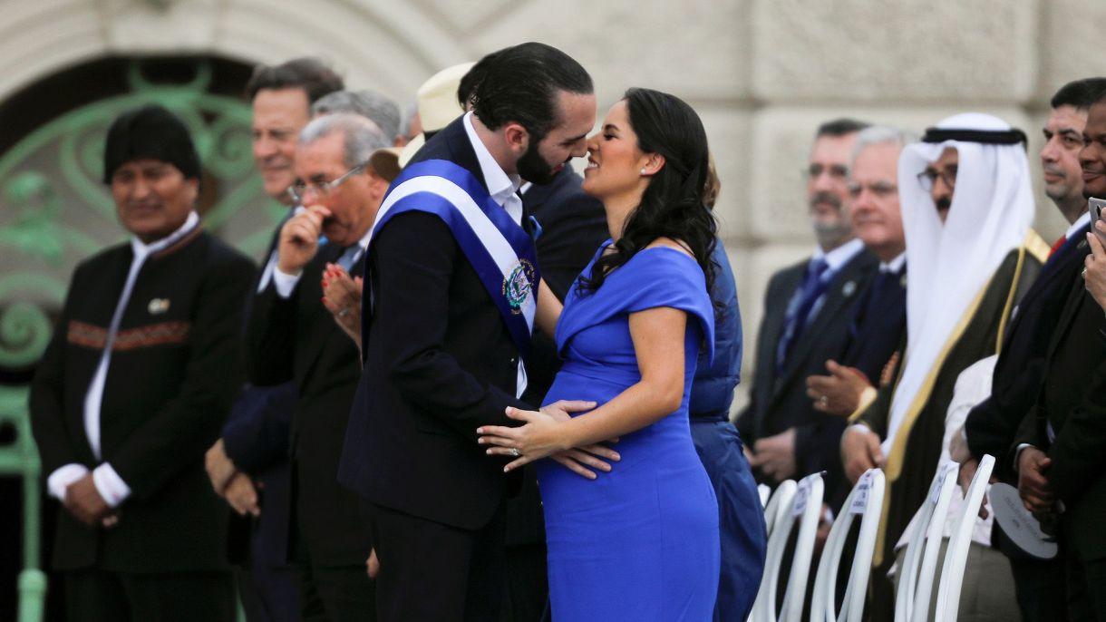 El presidente de El Salvador, Nayib Bukele, y su esposa y primera dama, Gabriela de Bukele (REUTERS/Jose Cabezas)