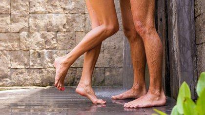 En el caso de mantener relaciones sexuales con las personas convivientes, el riesgo es bajo siempre y cuando no tengan ningún síntoma y no hayan sido expuestas al virus
