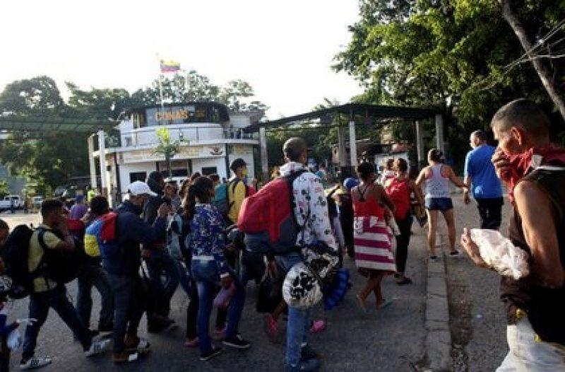 Migrantes venezolanos caminan hacia la frontera con Colombia, en medio del brote de coronavirus, en San Cristóbal, Venezuela, huyendo de la crisis de servicios básicos que vive el país